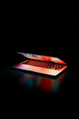LAPTOP, pantalla con colores resaltan en fondo oscuro